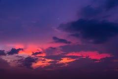 Ουρανός βραδιού με τα ελαφριά και ζωηρόχρωμα σύννεφα ηλιοβασιλέματος ως backgroun Στοκ φωτογραφίες με δικαίωμα ελεύθερης χρήσης