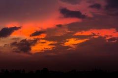 Ουρανός βραδιού με τα ελαφριά και ζωηρόχρωμα σύννεφα ηλιοβασιλέματος ως backgroun Στοκ Φωτογραφία