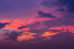 Ουρανός βραδιού με τα ελαφριά και ζωηρόχρωμα σύννεφα ηλιοβασιλέματος ως backgroun Στοκ φωτογραφία με δικαίωμα ελεύθερης χρήσης