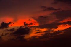 Ουρανός βραδιού με τα ελαφριά και ζωηρόχρωμα σύννεφα ηλιοβασιλέματος ως backgroun Στοκ Εικόνα