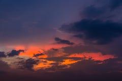 Ουρανός βραδιού με τα ελαφριά και ζωηρόχρωμα σύννεφα ηλιοβασιλέματος ως backgroun Στοκ Φωτογραφίες