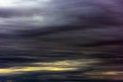 Ουρανός βραδιού με τα σκοτεινά σύννεφα Στοκ εικόνα με δικαίωμα ελεύθερης χρήσης