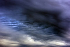 Ουρανός βραδιού με τα σκοτεινά σύννεφα Στοκ φωτογραφία με δικαίωμα ελεύθερης χρήσης