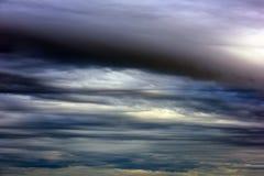 Ουρανός βραδιού με τα σκοτεινά σύννεφα Στοκ Εικόνα
