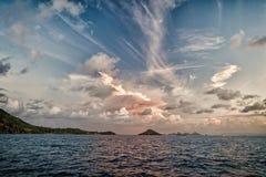 Ουρανός βραδιού με τα σύννεφα στην μπλε θάλασσα στο gustavia, stbarts Άγριες φύση, περιβάλλον και οικολογία Προορισμός διακοπών στοκ εικόνα