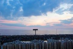 Ουρανός βραδιού και σειρές των ραβδιών μπαμπού στη θάλασσα κοντά στη λάρνακα Matchanu, Phanthai Norasing, περιοχή Mueang Samut Sa Στοκ εικόνα με δικαίωμα ελεύθερης χρήσης
