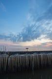 Ουρανός βραδιού και σειρές των ραβδιών μπαμπού στη θάλασσα κοντά στη λάρνακα Matchanu, Phanthai Norasing, περιοχή Mueang Samut Sa Στοκ Εικόνα
