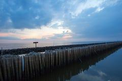 Ουρανός βραδιού και σειρές των ραβδιών μπαμπού στη θάλασσα κοντά στη λάρνακα Matchanu, Phanthai Norasing, περιοχή Mueang Samut Sa Στοκ Εικόνες