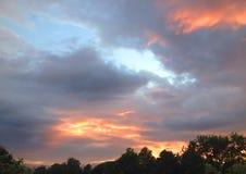 Ουρανός βραδιού με τα μεγάλα σύννεφα Στοκ φωτογραφία με δικαίωμα ελεύθερης χρήσης