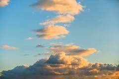 Ουρανός βραδιού με τα χνουδωτά σύννεφα Στοκ φωτογραφία με δικαίωμα ελεύθερης χρήσης
