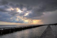 Ουρανός βραδιού, σειρές των ραβδιών μπαμπού στη θάλασσα και τη γέφυρα τσιμέντου κοντά στη λάρνακα Matchanu, Phanthai Norasing, πε Στοκ Εικόνες