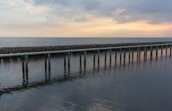 Ουρανός βραδιού, σειρές των ραβδιών μπαμπού στη θάλασσα και τη γέφυρα τσιμέντου κοντά στη λάρνακα Matchanu, Phanthai Norasing, πε Στοκ Φωτογραφία