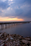 Ουρανός βραδιού, σειρές των ραβδιών μπαμπού στη θάλασσα και τη γέφυρα τσιμέντου κοντά στη λάρνακα Matchanu, Phanthai Norasing, πε Στοκ Εικόνα