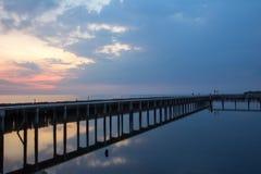 Ουρανός βραδιού, σειρές των ραβδιών μπαμπού στη θάλασσα και τη γέφυρα τσιμέντου κοντά στη λάρνακα Matchanu, Phanthai Norasing, πε Στοκ φωτογραφία με δικαίωμα ελεύθερης χρήσης