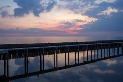 Ουρανός βραδιού, σειρές των ραβδιών μπαμπού στη θάλασσα και τη γέφυρα τσιμέντου κοντά στη λάρνακα Matchanu, Phanthai Norasing, πε Στοκ Φωτογραφίες