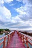 Ουρανός βραδιού στην κόκκινη ξύλινη γέφυρα κοντά στη λάρνακα Matchanu, Samut Sakhon, Ταϊλάνδη Στοκ φωτογραφία με δικαίωμα ελεύθερης χρήσης