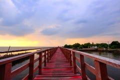 Ουρανός βραδιού στην κόκκινη ξύλινη γέφυρα κοντά στη λάρνακα Matchanu, Samut Sakhon, Ταϊλάνδη Στοκ φωτογραφίες με δικαίωμα ελεύθερης χρήσης