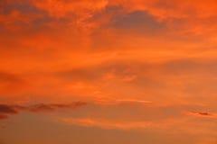 Ουρανός βραδιού στο ηλιοβασίλεμα στα ερυθρά χρώματα Στοκ φωτογραφία με δικαίωμα ελεύθερης χρήσης