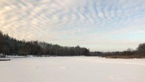 Ουρανός εξοχικών σπιτιών χιονιού λιμνών χειμερινών τοπίων φιλμ μικρού μήκους