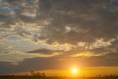 Ουρανός ηλιοβασιλέματος και υπόβαθρο σύννεφων Στοκ εικόνα με δικαίωμα ελεύθερης χρήσης