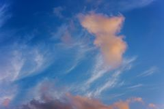 ουρανός ηλιοβασιλέματος με τον πολύχρωμο ουρανό ηλιοβασιλέματος χρωμάτων σύννεφων φωτεινό πορτοκαλή και κίτρινο Στοκ εικόνα με δικαίωμα ελεύθερης χρήσης