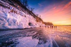 Ουρανός ηλιοβασιλέματος με το φυσικό σπάζοντας πάγο πέρα από το παγωμένο νερό στη λίμνη Baikal, Σιβηρία, Ρωσία στοκ εικόνες