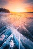 Ουρανός ηλιοβασιλέματος με το φυσικό σπάζοντας πάγο πέρα από το παγωμένο νερό στη λίμνη Baikal, Σιβηρία, Ρωσία στοκ εικόνα