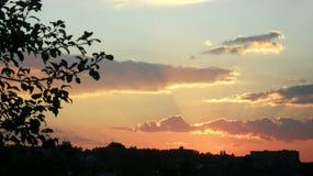 ουρανός ηλιοβασιλέματος Όμορφος ουρανός σύννεφα σκιαγραφία δέντρων στοκ φωτογραφία με δικαίωμα ελεύθερης χρήσης