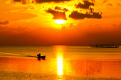 Ουρανός ηλιοβασιλέματος Songkhla στη λίμνη, Ταϊλάνδη. στοκ εικόνες