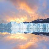 Ουρανός ηλιοβασιλέματος επάνω από τον παγετώνα. Στοκ Εικόνα