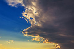 Ουρανός ηλιοβασιλέματος με τα πολύχρωμα σύννεφα Στοκ Φωτογραφία