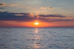 Ουρανός ηλιοβασιλέματος πέρα από seascape την ακτή Στοκ Φωτογραφίες