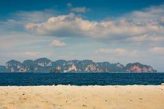 Ουρανός θάλασσας άμμου και φυσικό τοπίο βουνών Στοκ Φωτογραφία
