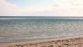 Ουρανός και ακτή στρώστε με άμμο το ύδωρ φιλμ μικρού μήκους