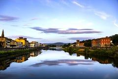Ουρανός και αντανάκλαση σύννεφων στον ποταμό Arno, Φλωρεντία στοκ φωτογραφία