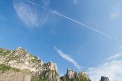 Ουρανός και βουνά Στοκ εικόνα με δικαίωμα ελεύθερης χρήσης