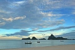 Ουρανός και βουνό θάλασσας μετά από το ηλιοβασίλεμα στην Ταϊλάνδη Στοκ Εικόνα