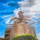 Ουρανός και οικοδόμηση που απεικονίζονται στο νερό Στοκ Εικόνα