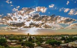 Ουρανός και πόλη το καλοκαίρι στοκ φωτογραφία με δικαίωμα ελεύθερης χρήσης