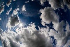 Ουρανός και σύννεφα, ηλιόλουστη ημέρα Υπόβαθρο της ταπετσαρίας υπολογιστών Στοκ Εικόνες