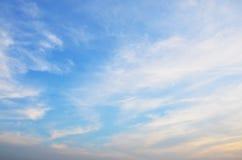 Ουρανός και σύννεφα στο χρόνο ηλιοβασιλέματος σε Nonthaburi, Ταϊλάνδη στοκ φωτογραφία με δικαίωμα ελεύθερης χρήσης