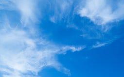 Ουρανός και χνουδωτά σύννεφα Στοκ φωτογραφία με δικαίωμα ελεύθερης χρήσης