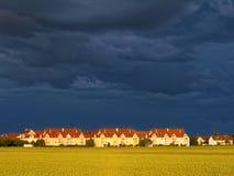 Ουρανός και χρυσός τομέας σιταριού στο προάστιο Στοκ Εικόνες