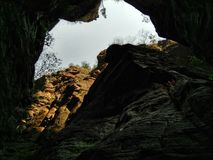 Ουρανός μέσω ενός βράχου Στοκ εικόνα με δικαίωμα ελεύθερης χρήσης