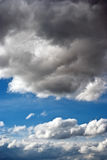Ουρανός με τα δραματικά σύννεφα Στοκ Φωτογραφία
