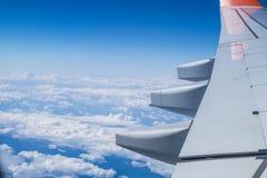 Ουρανός με τα σύννεφα κάτω από το φτερό ενός αεροπλάνου Στοκ εικόνες με δικαίωμα ελεύθερης χρήσης
