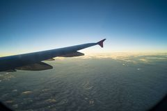 Ουρανός με τα σύννεφα κάτω από το φτερό ενός αεροπλάνου Στοκ Εικόνες