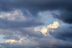 Ουρανός με τα σύννεφα και ήλιος, σύννεφα ηλιοβασιλέματος σωρειτών με τη ρύθμιση ήλιων Στοκ Φωτογραφία