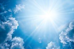 Ουρανός με τα σύννεφα και τον ήλιο Στοκ Φωτογραφία
