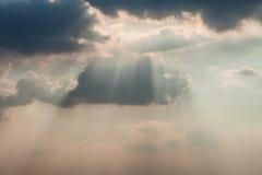 Ουρανός με τα σύννεφα και το φως του ήλιου Στοκ Φωτογραφία